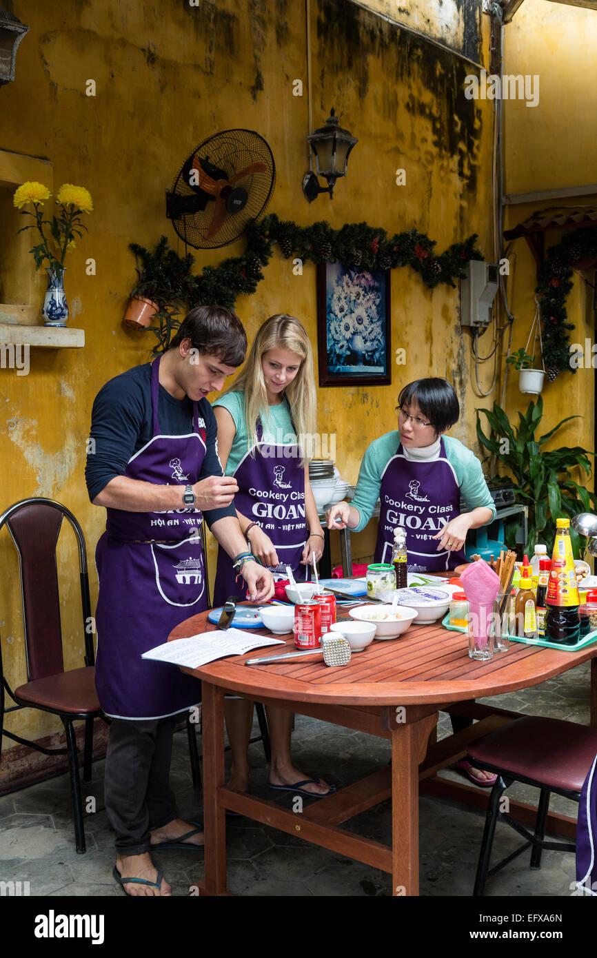 I turisti tenendo lezioni di cucina, Hoi An, Vietnam. Immagini Stock