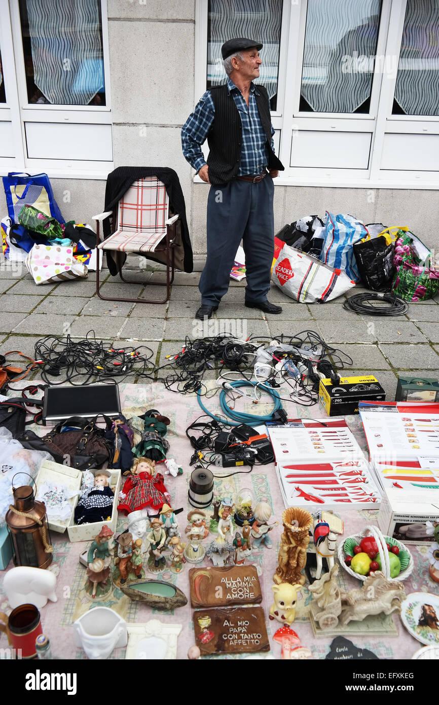PETIT-RECHAIN, Belgio - luglio 2014 Venditore con la sua mercanzia in un Brocante, una ridda in vendita in Belgio Immagini Stock