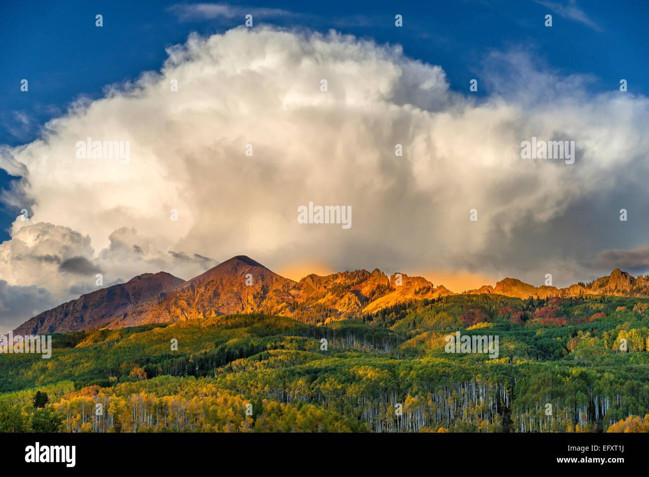 La Foresta Nazionale di Gunnison, CO: fuga di nuvole sopra la gamma di Ruby in inizio di caduta Immagini Stock
