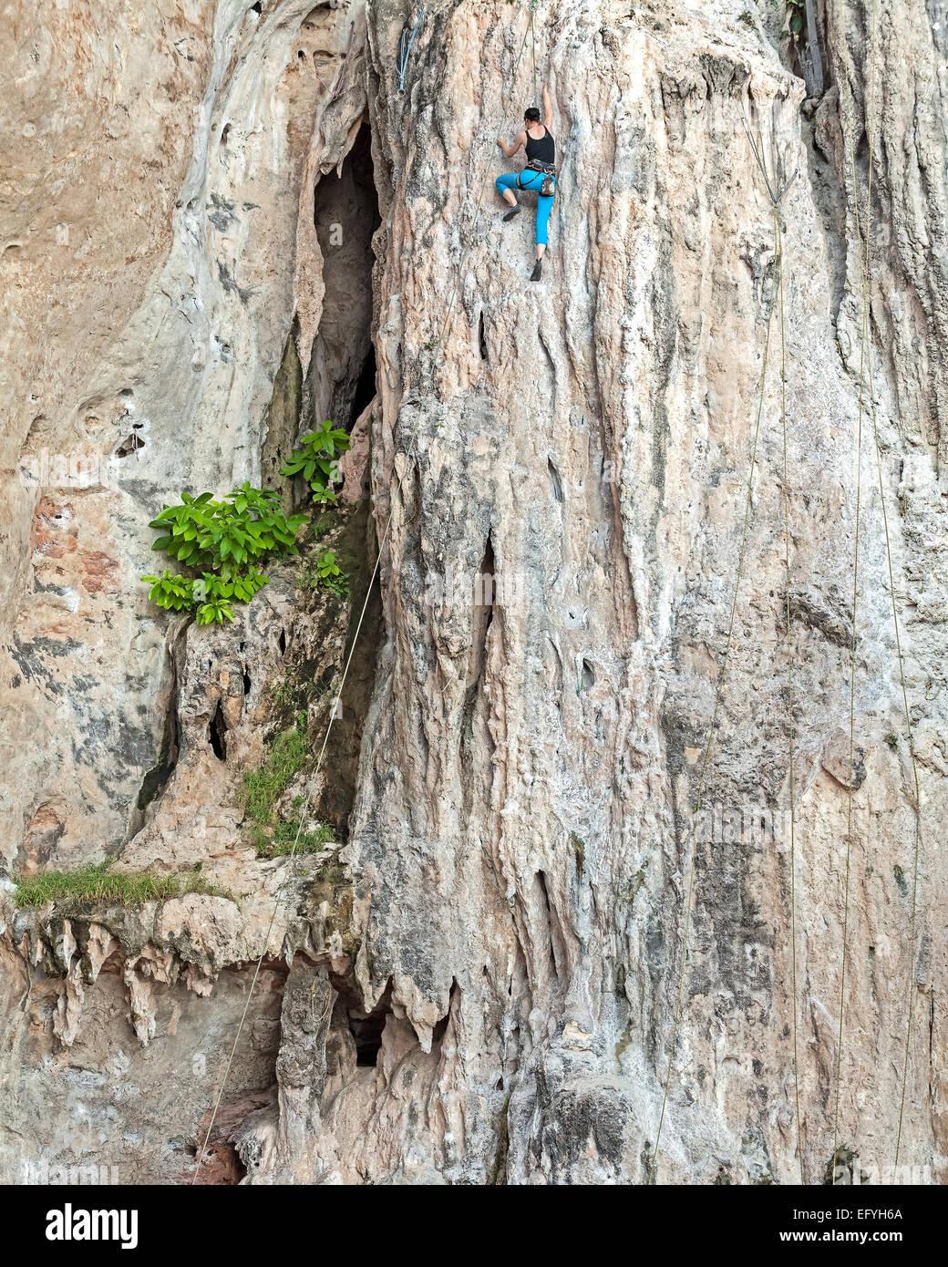 Giovani femmine rocciatore, concetto per superare gli ostacoli. Immagini Stock
