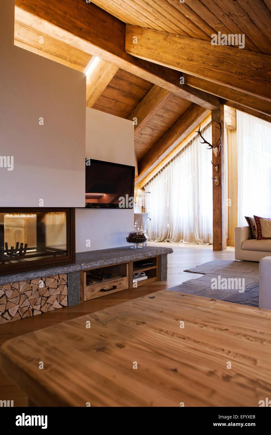 Luxury cottage di montagna con camino divano soggiorno Foto ...