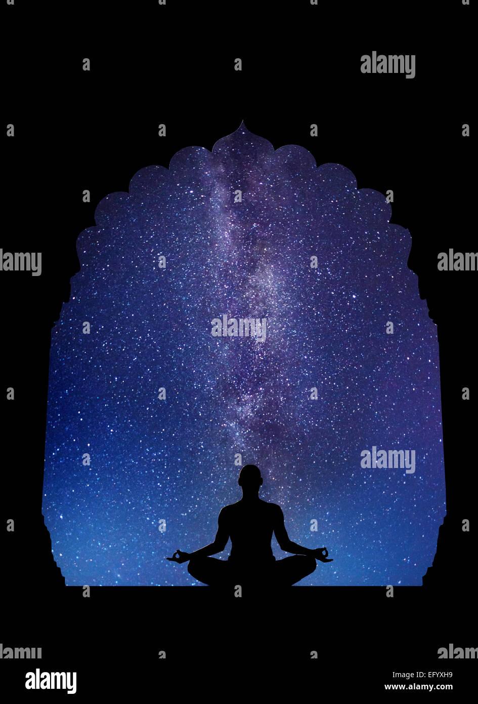 La meditazione nel vecchio tempio a cielo notturno con la Via Lattea e stelle Immagini Stock