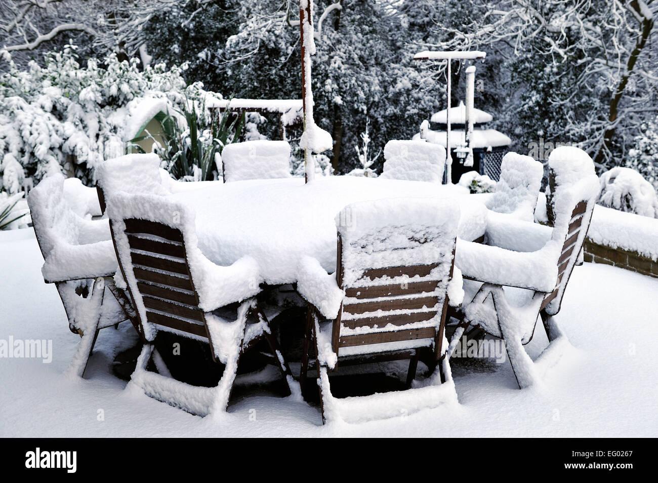 Coperta di neve mobili da giardino in Inghilterra Immagini Stock