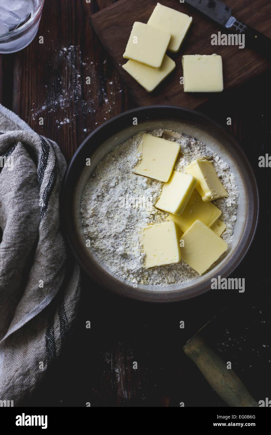 Il burro e la farina in un recipiente di miscelazione Immagini Stock