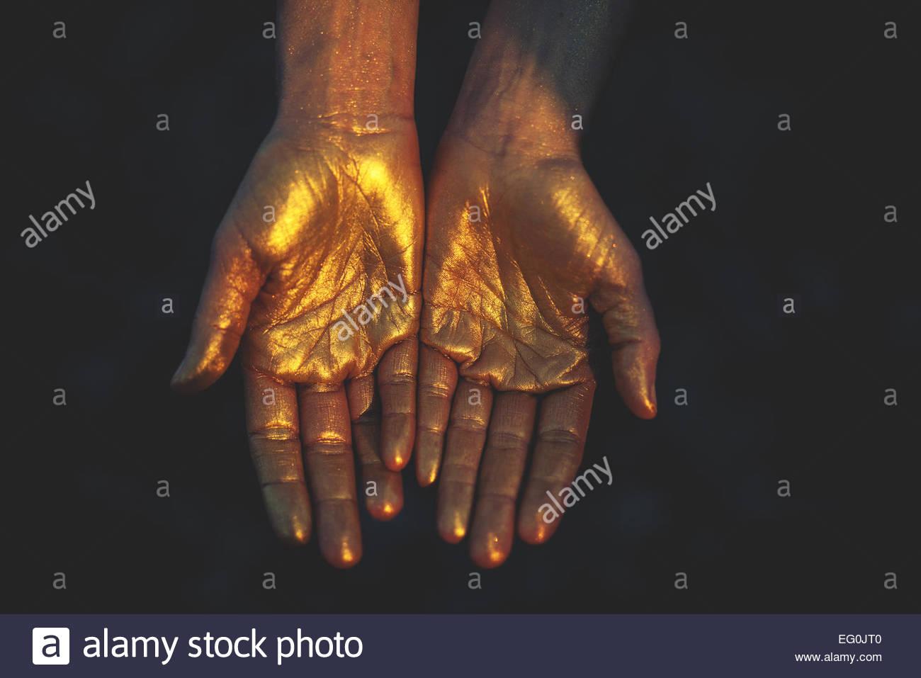 Close-up di donna le mani in colore freddo Immagini Stock