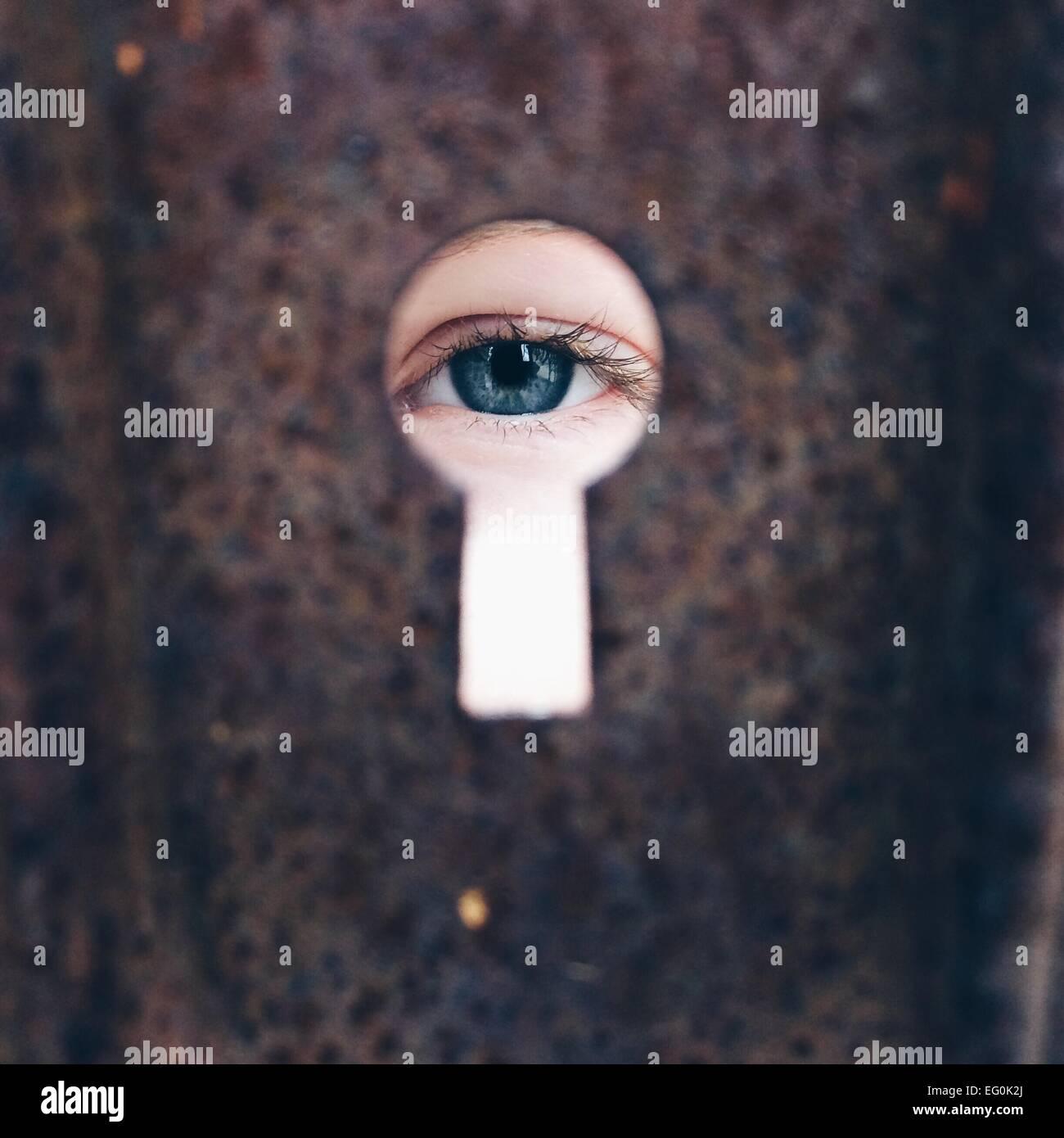 La ragazza (8-9) guardando attraverso il buco della serratura Immagini Stock