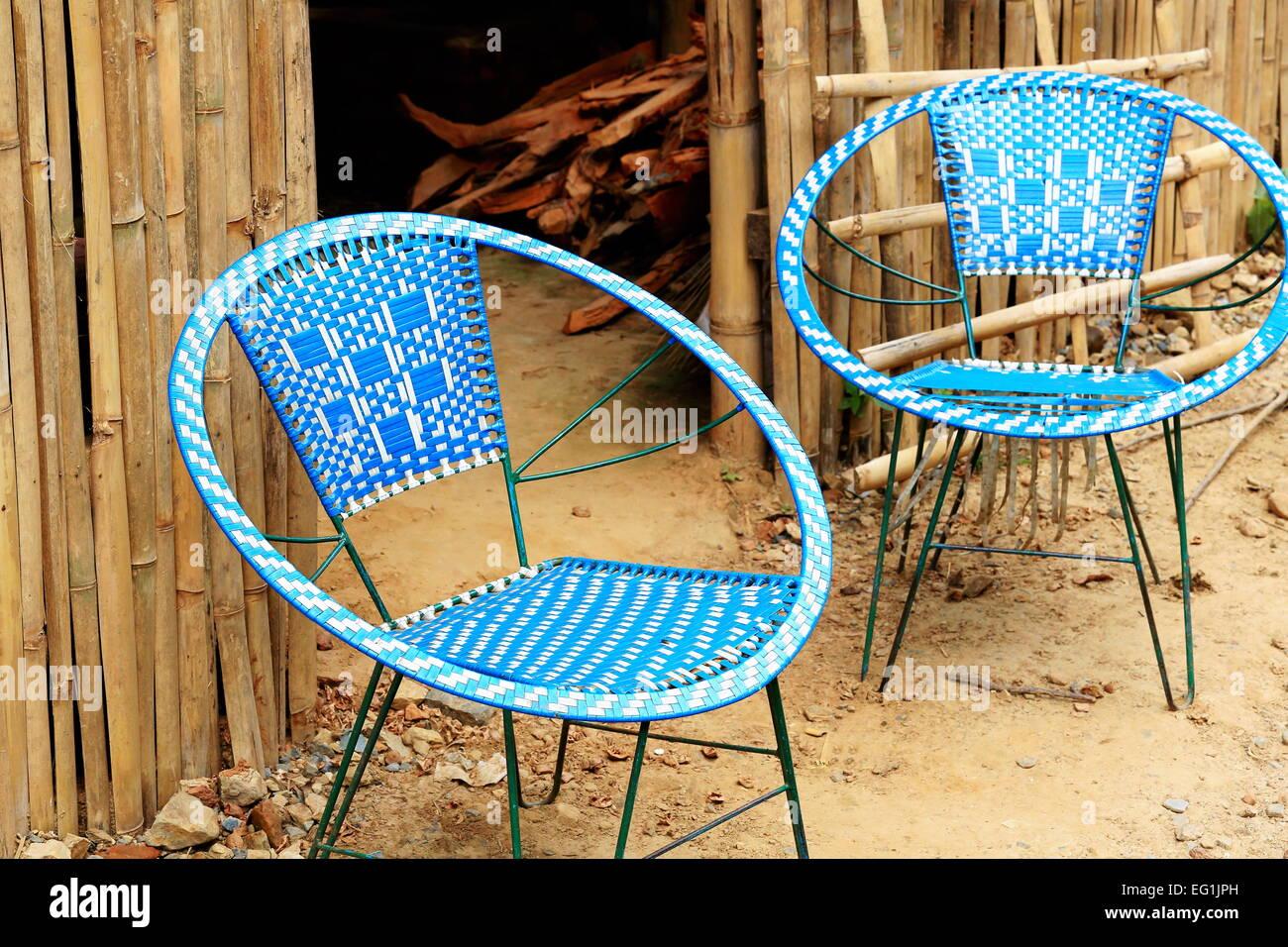 Sedie Intrecciate In Plastica.Bianco Blu Di Sedie In Plastica Intrecciata Su Telaio Metallico