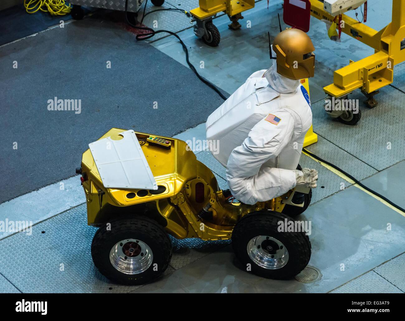 Un uomo-robot simile viene testato all'interno di una struttura presso la NASA Johnson Space Center a Houston, Immagini Stock