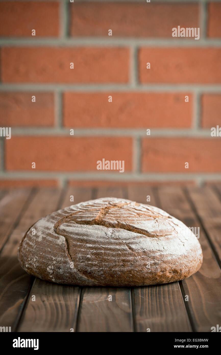 Pane tondo sul tavolo di legno Immagini Stock