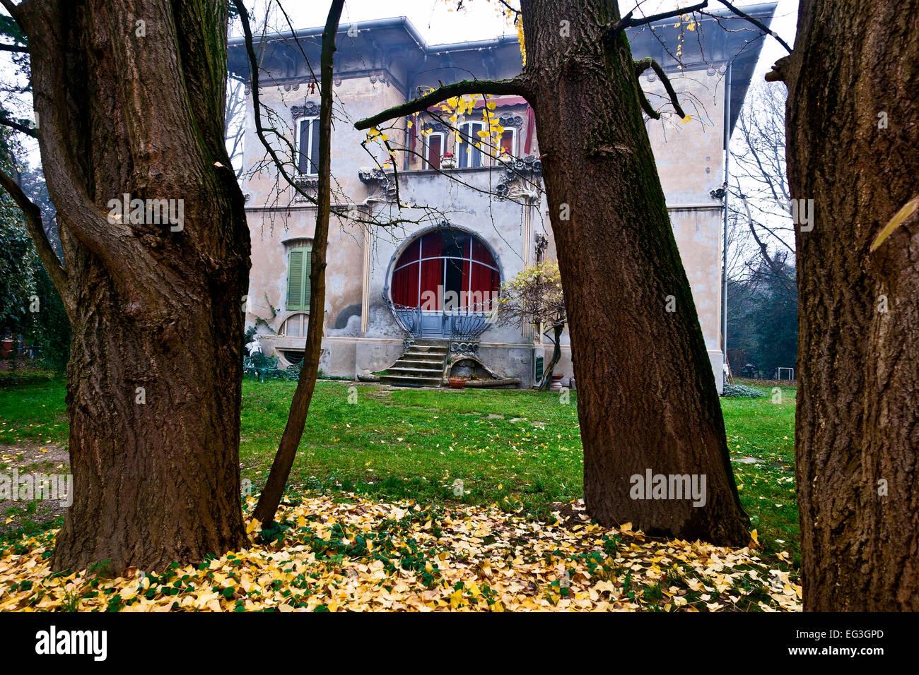Italian villa in stile Liberty, belle époque, collezione autunno, cadono atmpsphere. Foglie di giallo sul terreno. Immagini Stock