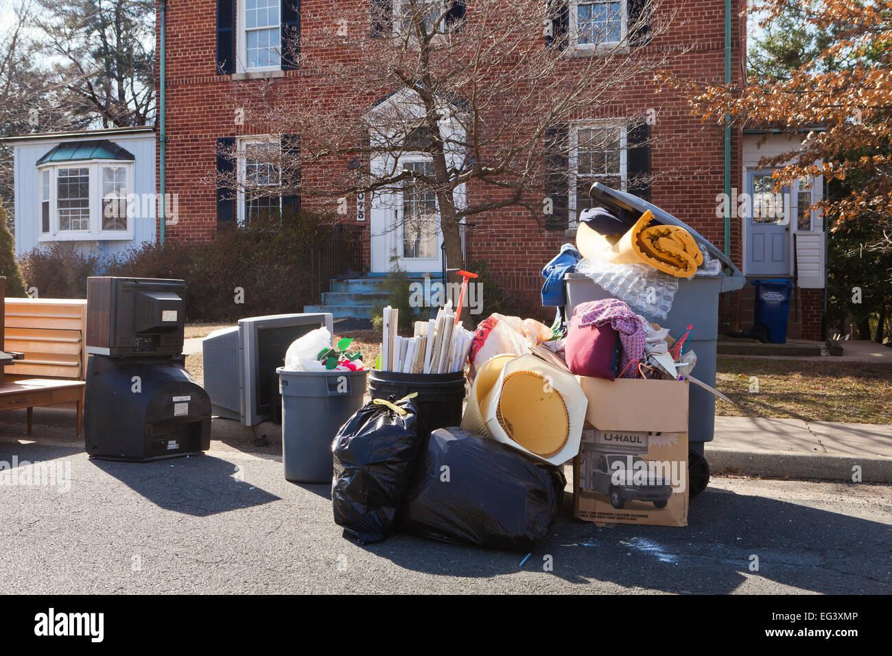 Mobilio impilati al di fuori di casa dopo lo sfratto del locatario - Virginia STATI UNITI D'AMERICA Immagini Stock