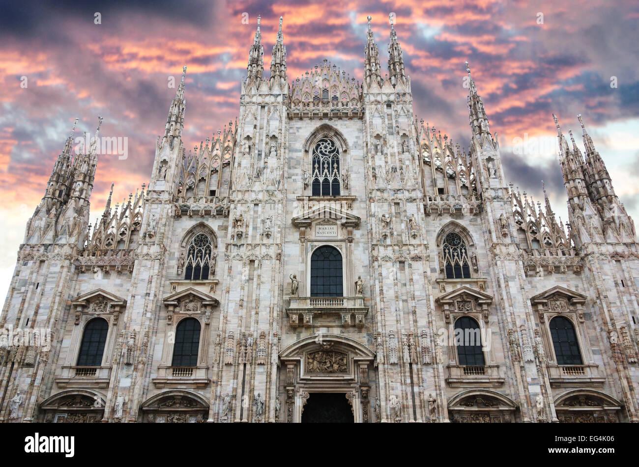 La facciata della famosa cattedrale del Duomo di Milano, Italia Immagini Stock