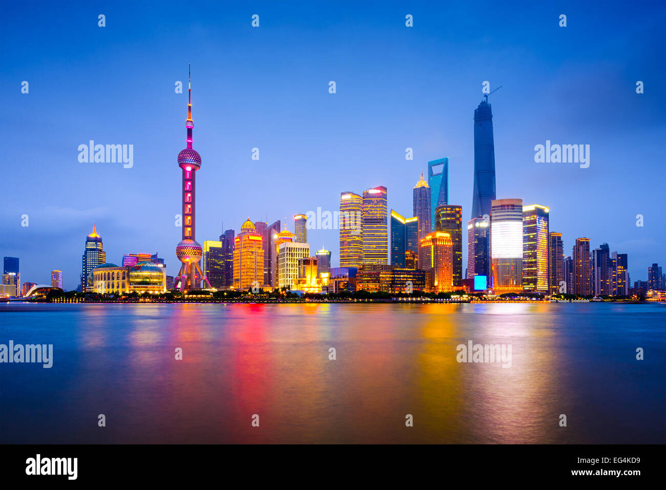 Shanghai, Cina skyline della città sul fiume Huangpu. Immagini Stock