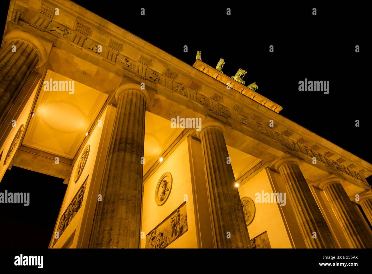 La Porta di Brandeburgo di notte, a Berlino, in Germania Foto Stock