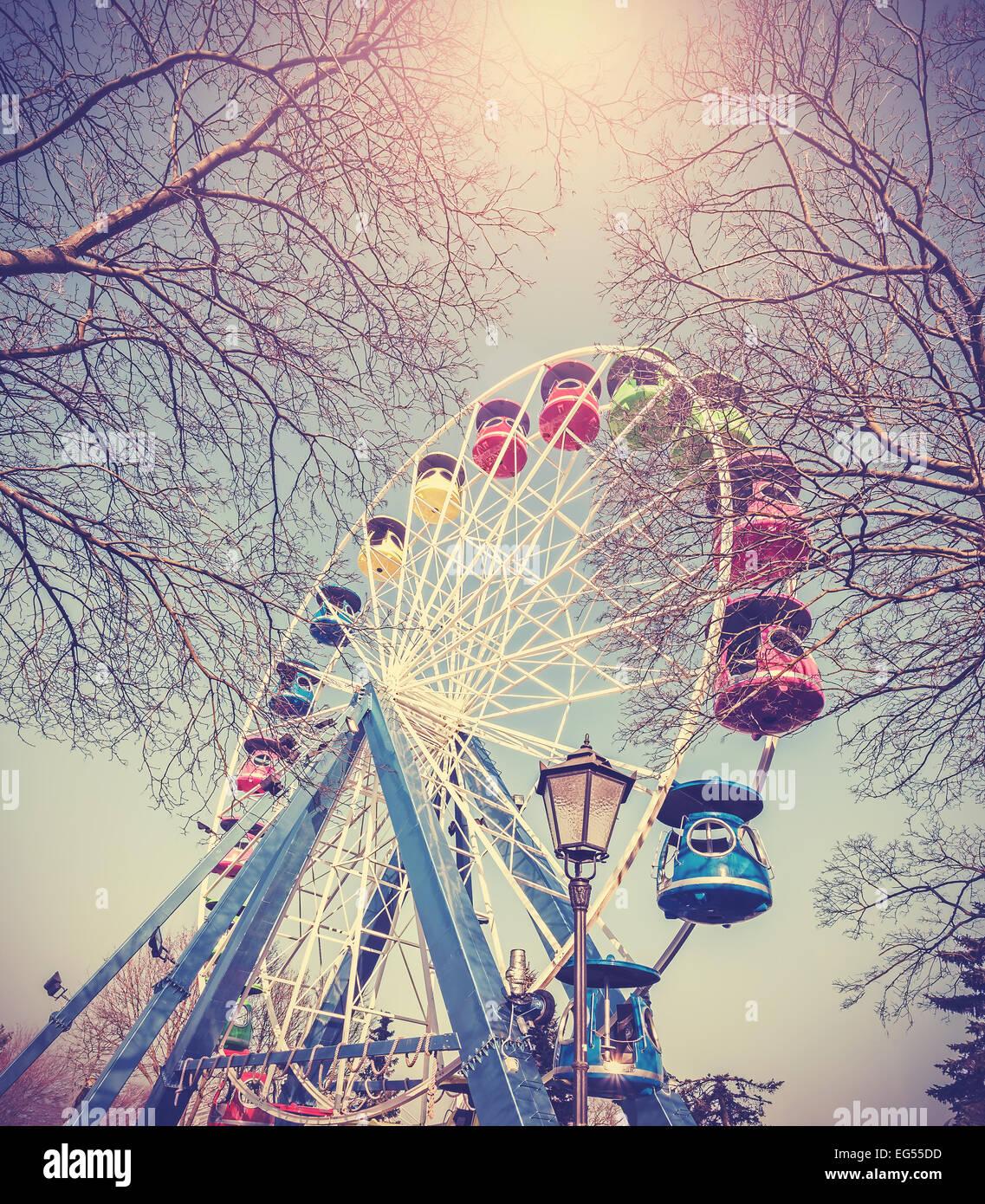 Retro Vintage immagine filtrata della ruota panoramica Ferris in un parco. Immagini Stock