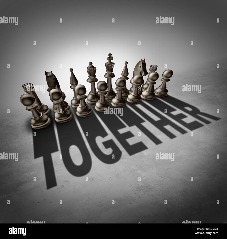 Concetto di insieme e lo sforzo del team come simbolo di un gruppo di pezzi di scacchi in un set getta un' ombra Immagini Stock