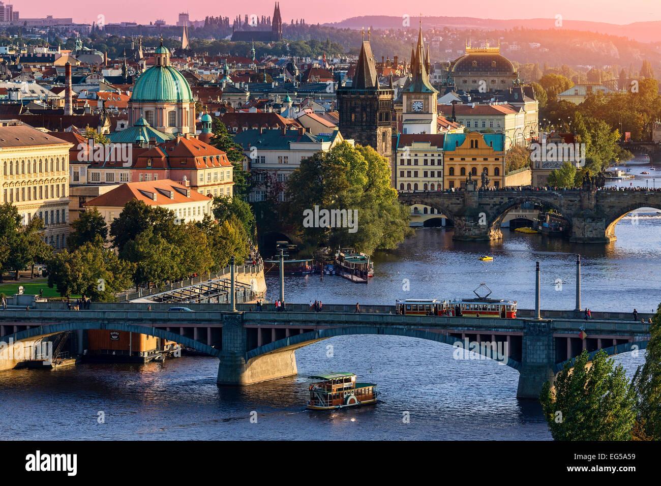 Nel corso del fiume Vlatava e il ponte di Carlo e ponti di Praga. Immagini Stock