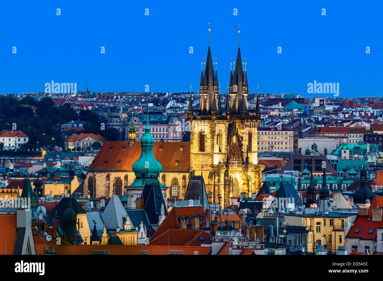 Skyline di Praga al tramonto con la chiesa di Santa Maria di Týn Immagini Stock