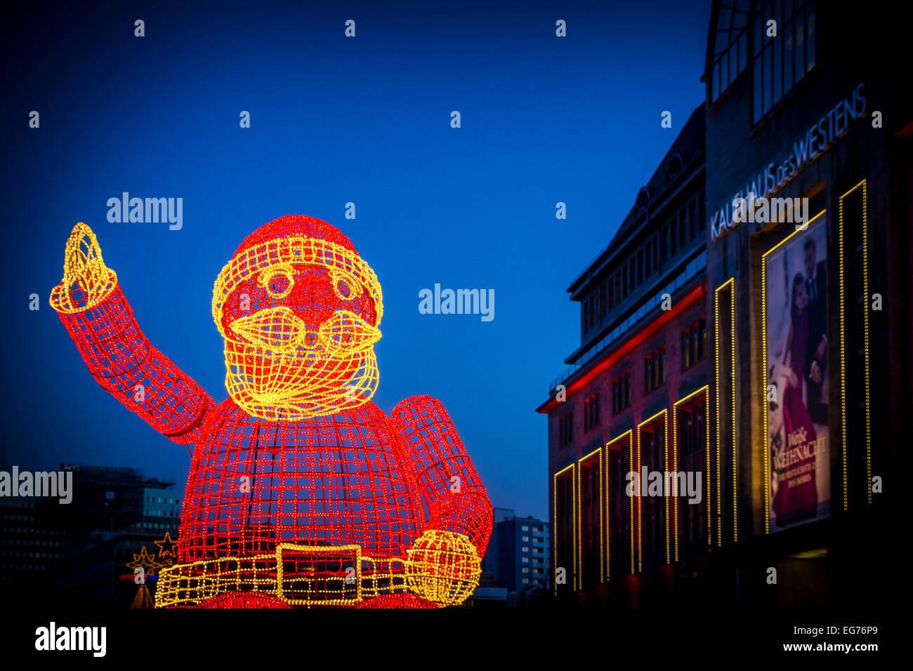 Germania Berlino, ha illuminato la grande scultura di Babbo Natale Immagini Stock