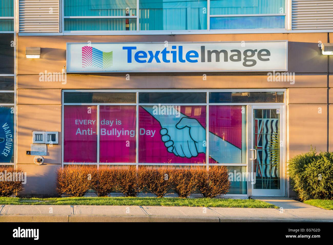 Anti-Bullying day poster nella finestra di immagine Tessile, Vancouver, British Columbia, Canada Immagini Stock