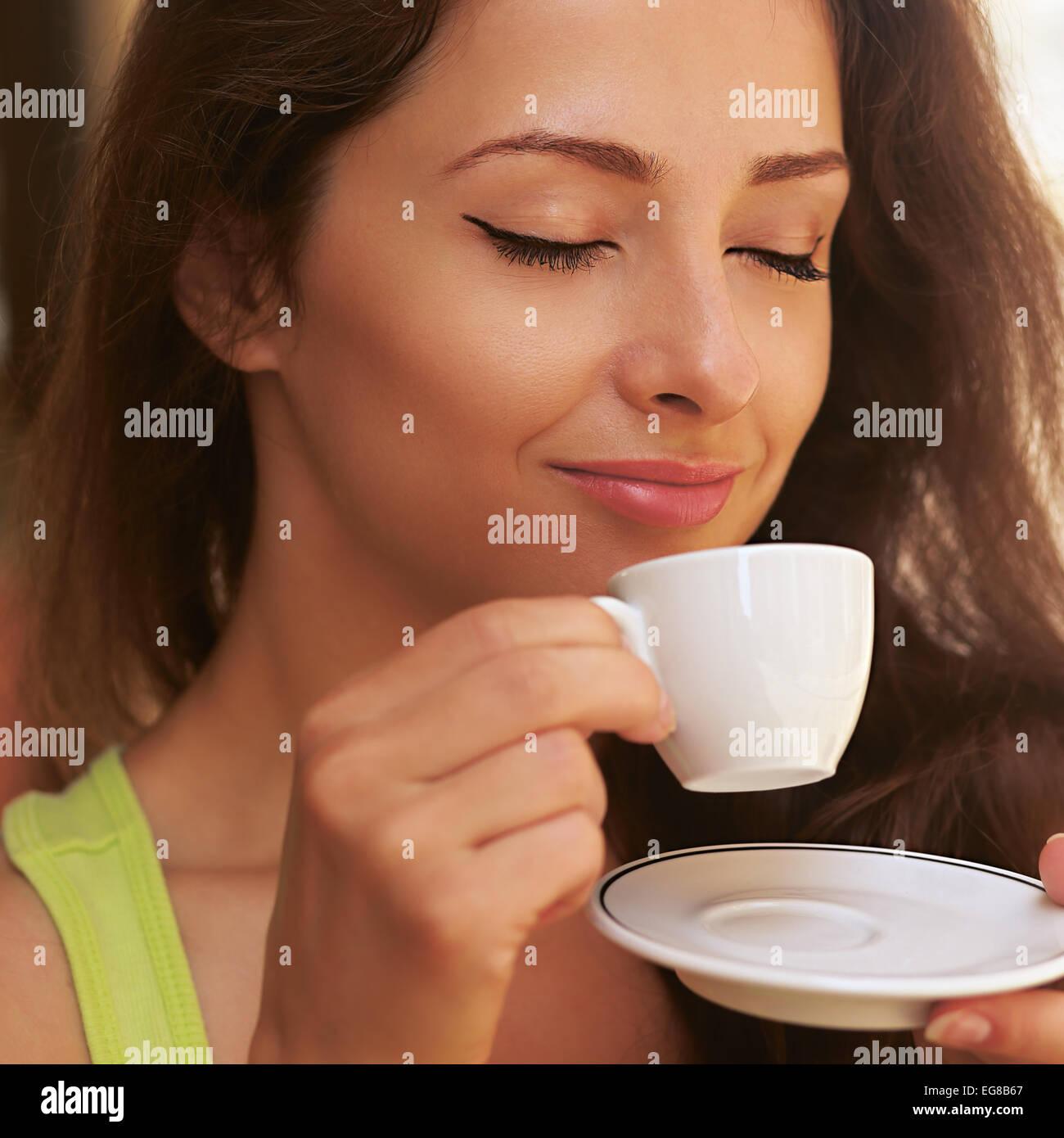 Bella donna godendo di bere il caffè dalla tazza all aperto con chiuso gli occhi felice Immagini Stock