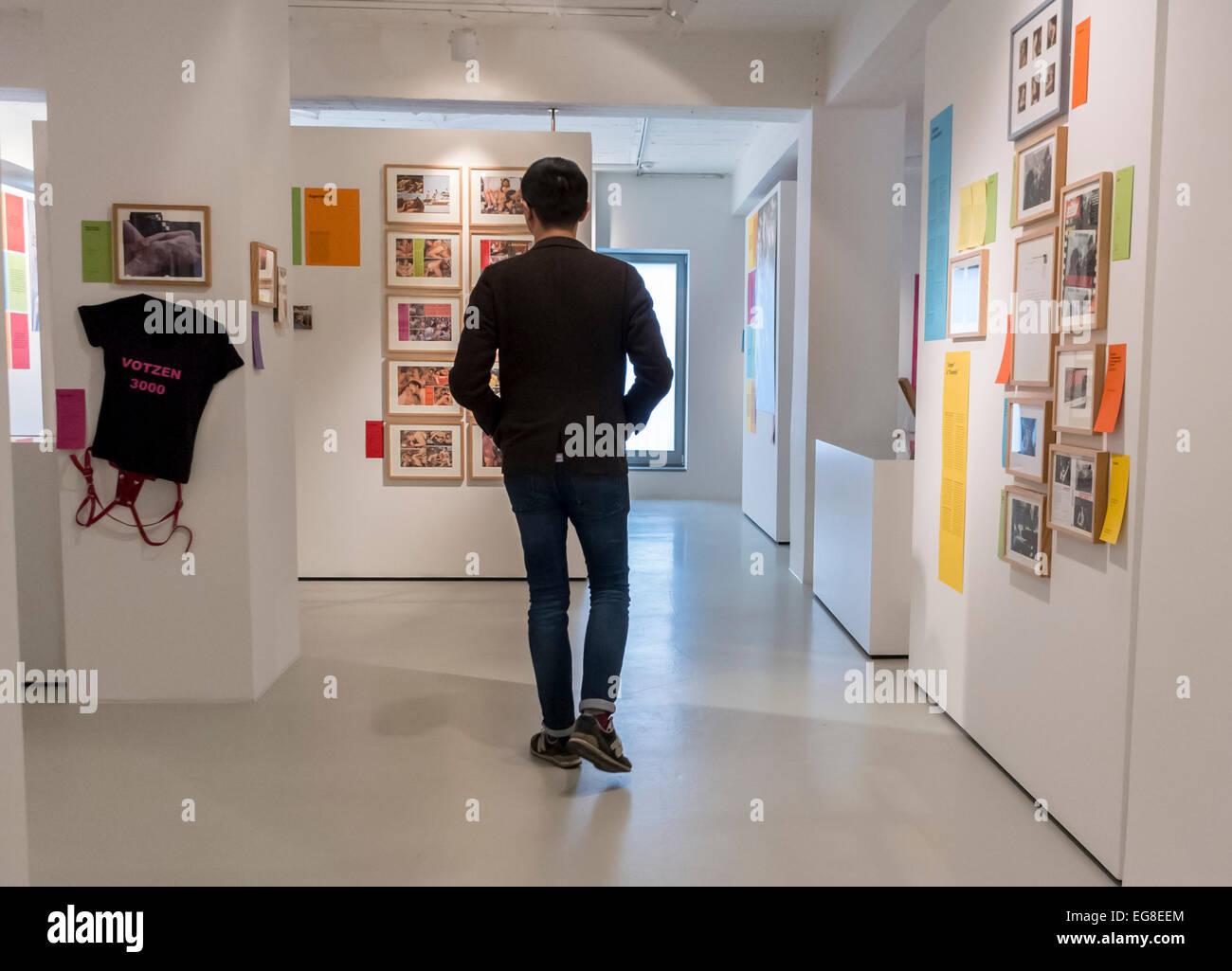 Berlino, Germania, uomo cinese, turistico a piedi, all'interno di visitare il Museo Schwules, archivi LGBT Immagini Stock