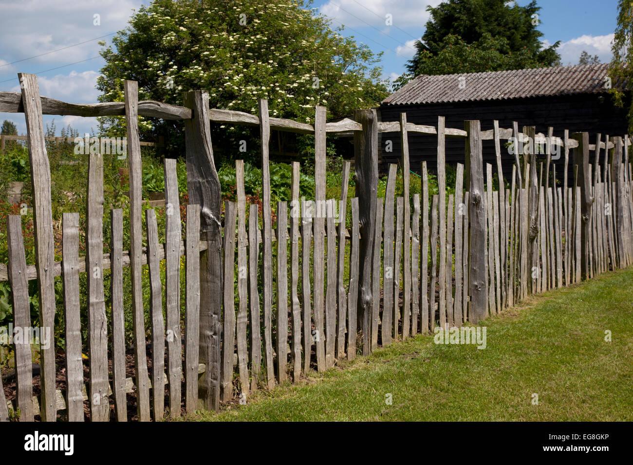 In legno rustico schisi recinzioni in English country garden,Oxfordshire,Inghilterra Immagini Stock