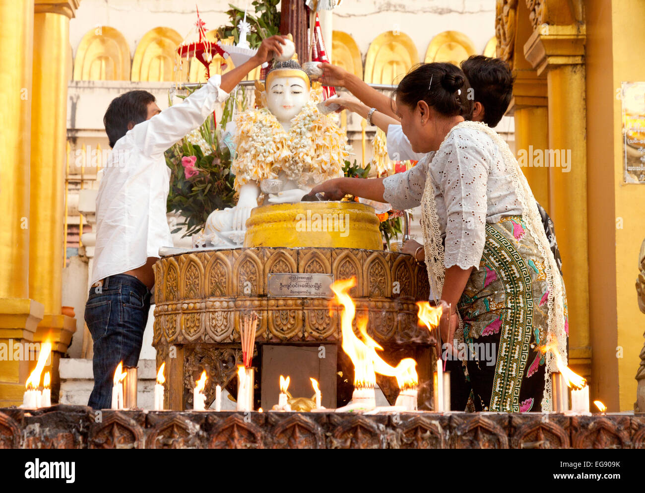 Popolo birmano che offre a un santuario buddista, Shwedagon pagoda Yangon, Myanmar ( Birmania ), Asia Immagini Stock