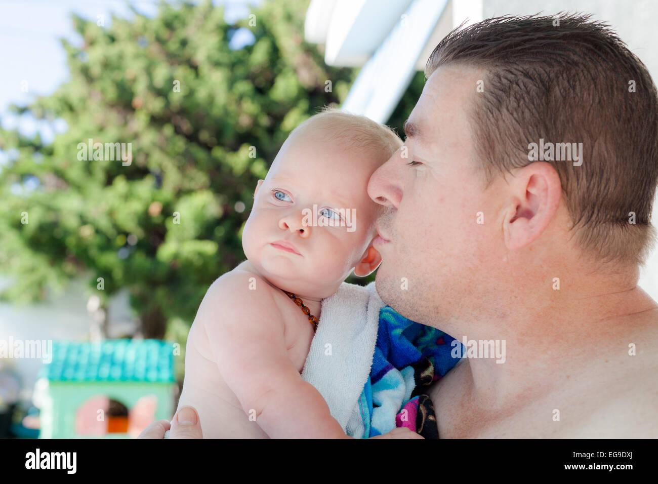 Padre e figlio (12-17 mesi) per esterni Immagini Stock