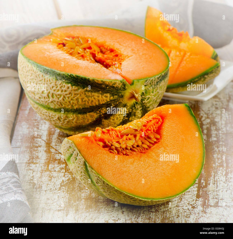 Freschi di melone Cantalupo su un tavolo. Messa a fuoco selettiva Immagini Stock