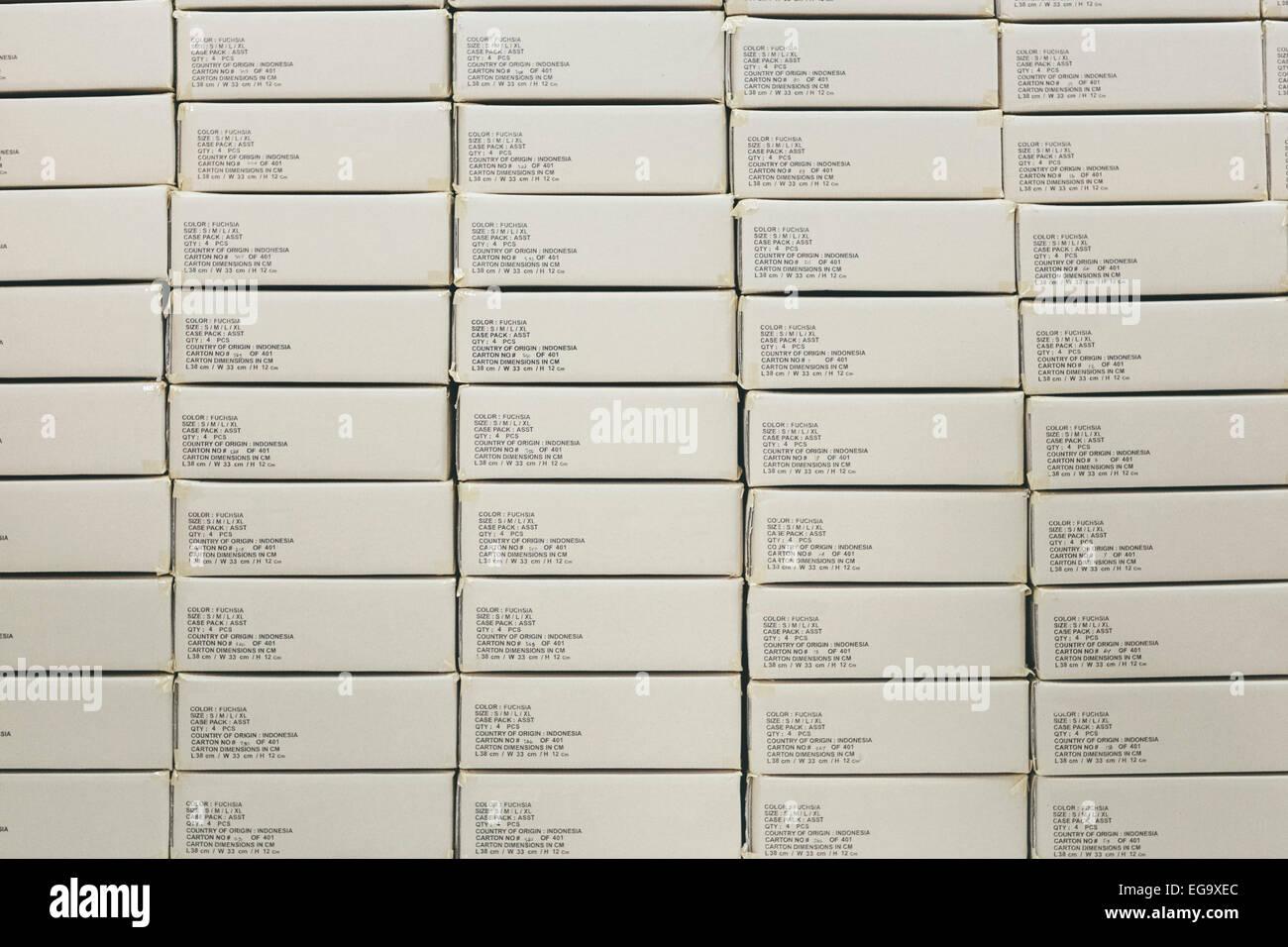 Pila di scatole di prodotti finiti in fabbrica e pronto per la spedizione per esportare da indumento Industria manifatturiera Foto Stock