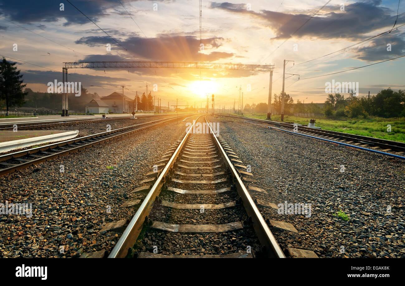 Ferrovia e piccola stazione al tramonto Immagini Stock