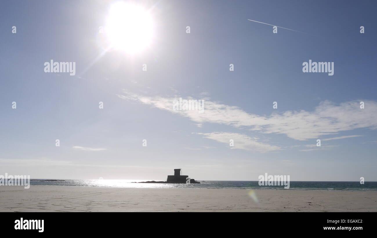 Pomeriggio di sole sulla torre di Rocco presso il St Ouens bay, Jersey Immagini Stock