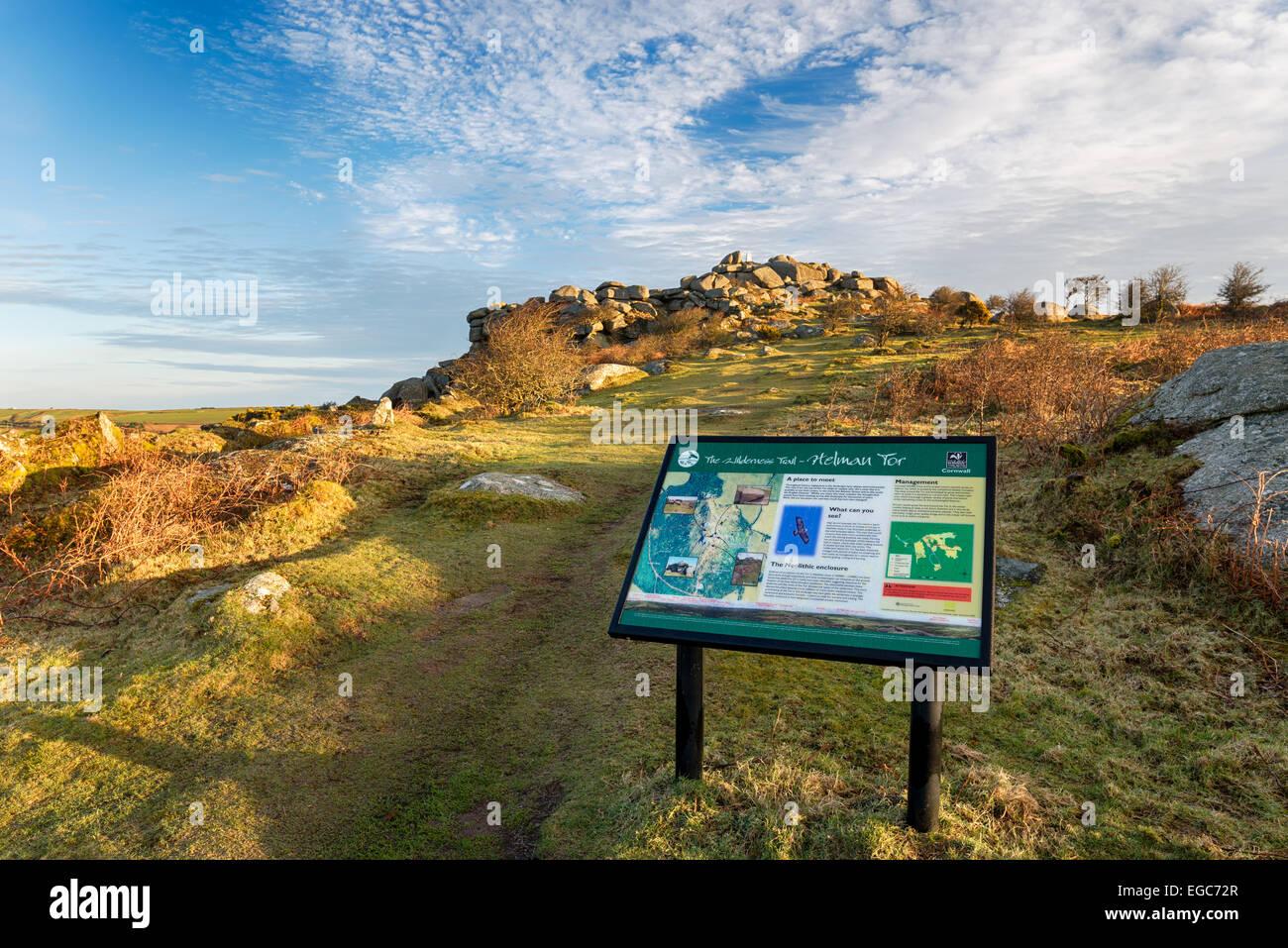 Helman Tor un robusto affioramento di granito la brughiera e Neolitico antico recinto sui santi modo distanza lungo il sentiero e il Foto Stock