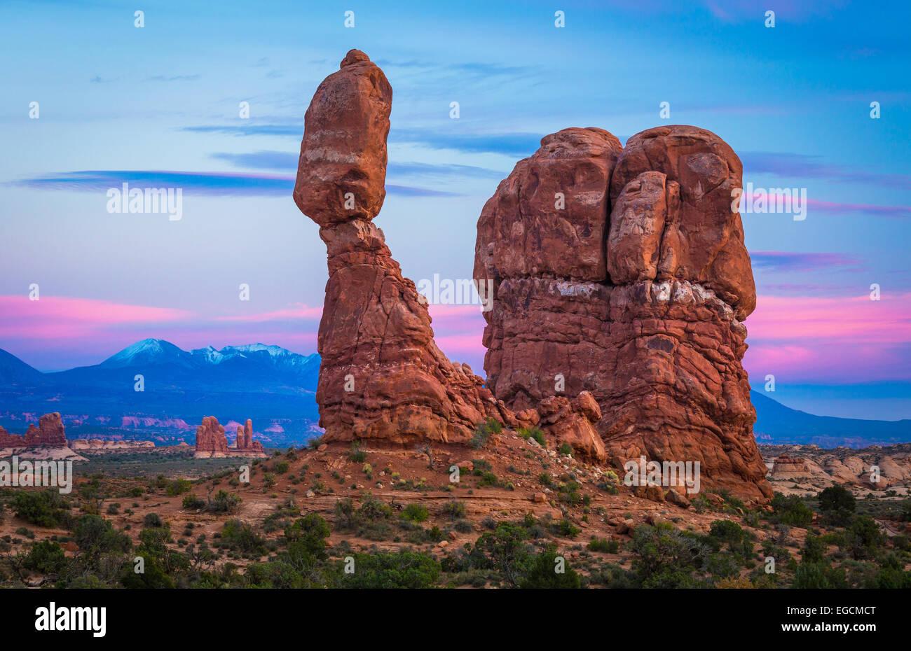 Equilibrato Rock è una delle caratteristiche più popolari di Arches National Park, situato nella contea Immagini Stock