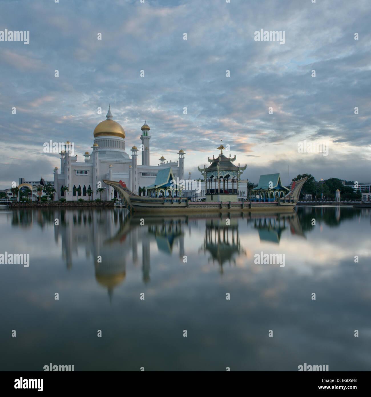 Il sultano Omar Ali Saifuddin Moschea, Bandar Seri Begawan, Brunei, Novembre 2013 Immagini Stock