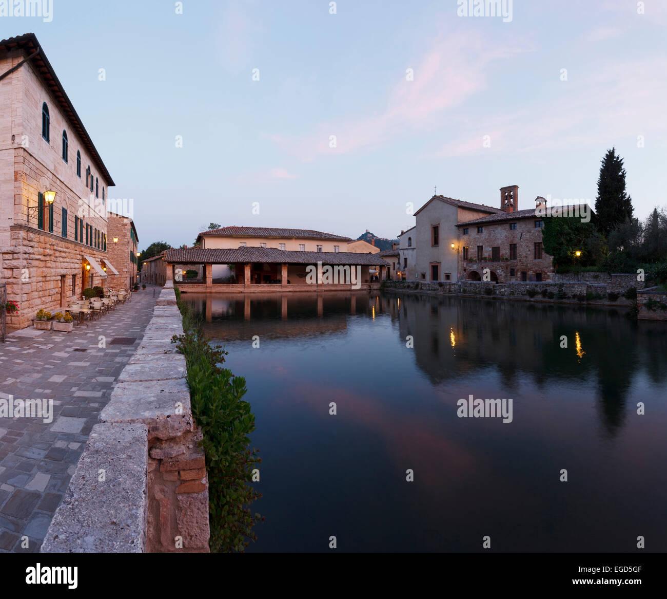 https://c8.alamy.com/compit/egd5gf/antico-borgo-di-bagno-vignoni-con-le-acque-termali-xvi-secolo-lhotel-restaurant-le-therme-bagno-vignoni-val-dorcia-val-dorcia-sito-patrimonio-mondiale-dellunesco-provincia-di-siena-toscana-italia-europa-egd5gf.jpg