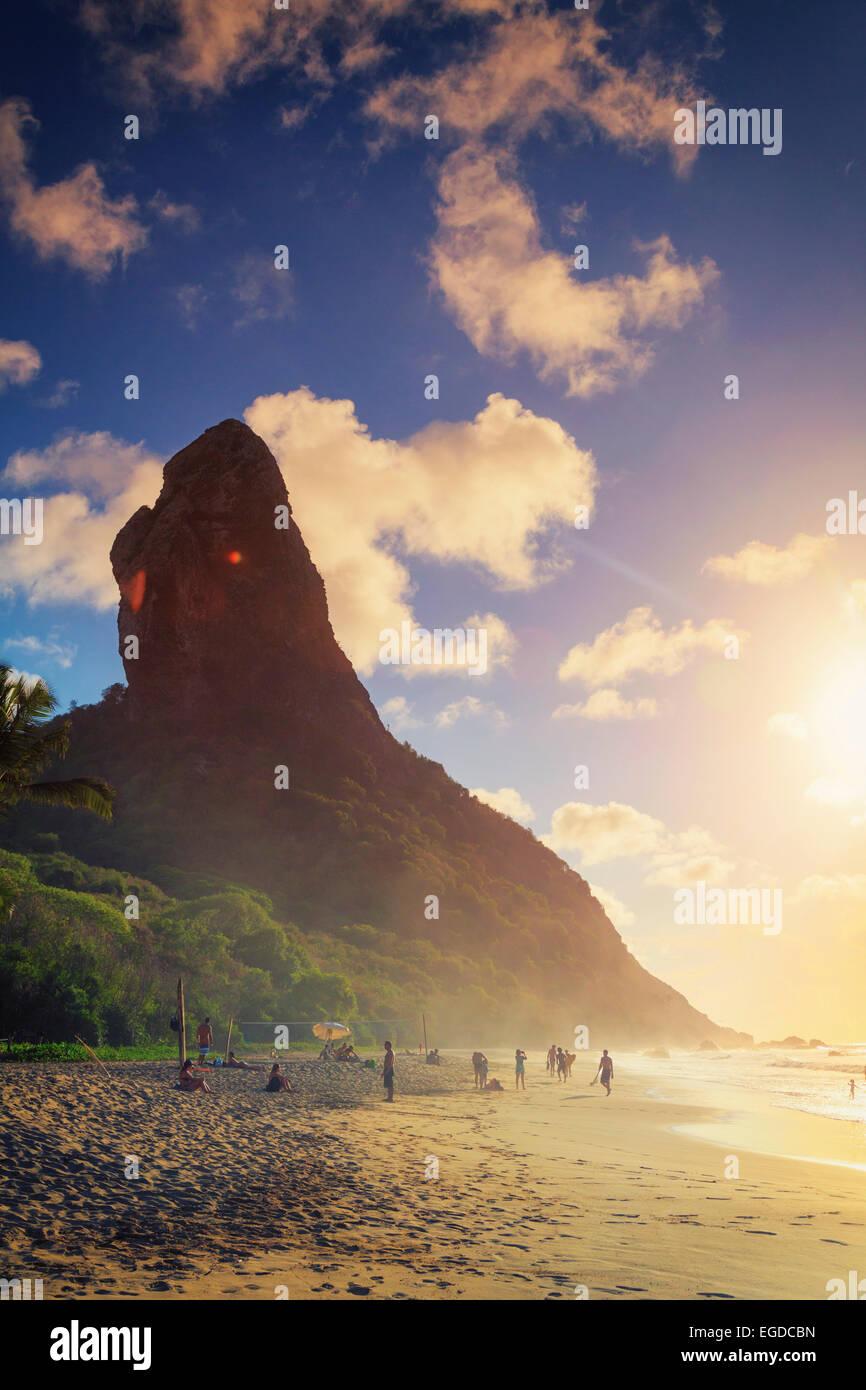 Il Brasile, Fernando de Noronha, Conceicao spiaggia con Morro Pico Mountain in background Immagini Stock