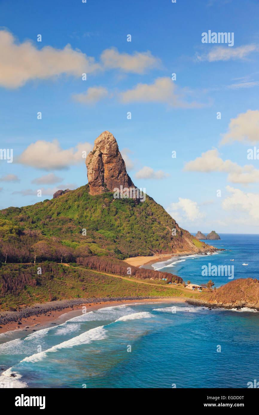 Il Brasile, Fernando de Noronha, Conceicao, Meio e Cachorro spiaggia con Morro Pico Mountain in background Immagini Stock