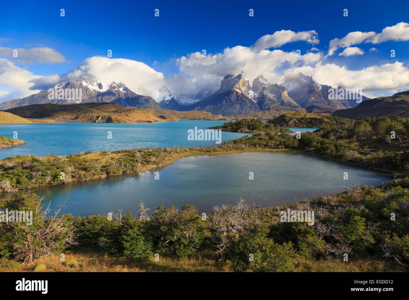 Il Cile, Patagonia, parco nazionale Torres del Paine (Sito UNESCO), Cuernos del Paine picchi e lago Pehoe Immagini Stock