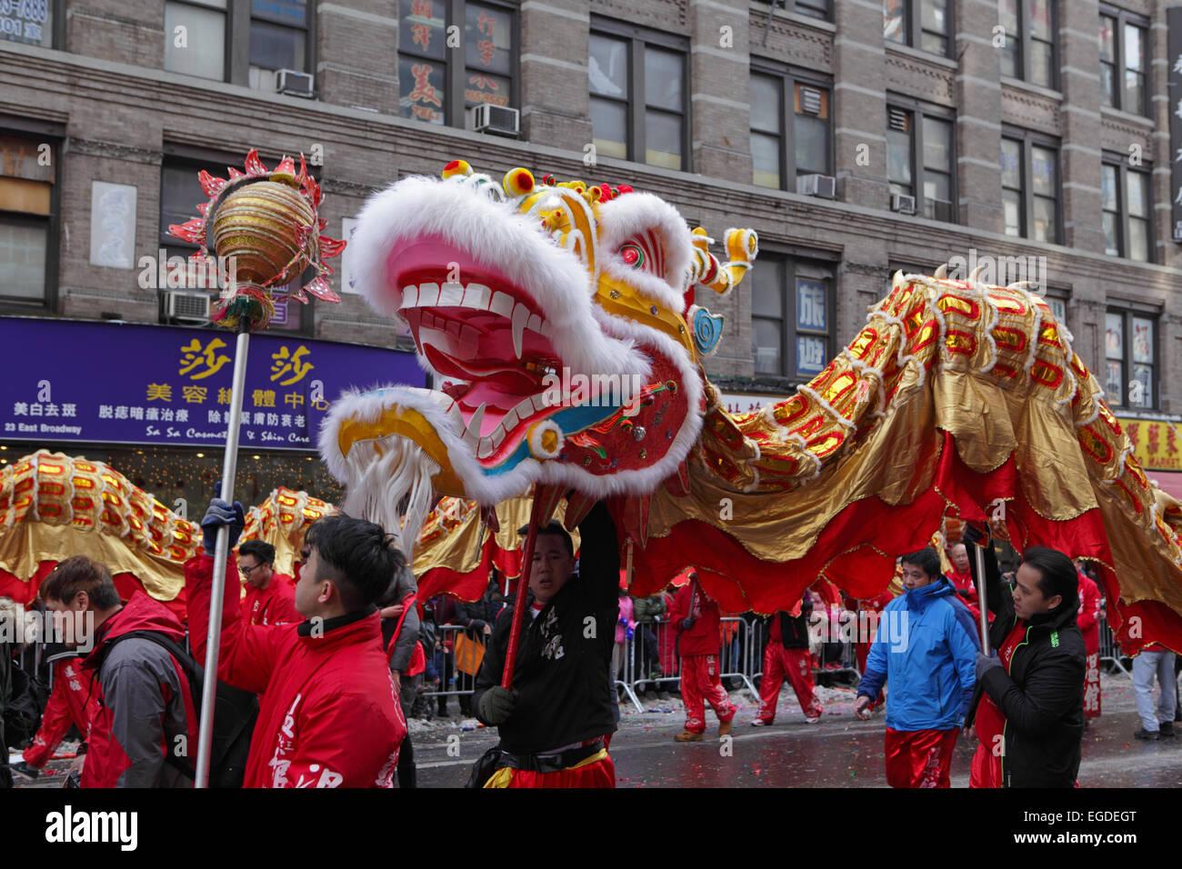 Drago Cinese ballerini festeggiare il nuovo anno lunare nella Chinatown di New York. Negozi lungo la East Broadway Immagini Stock