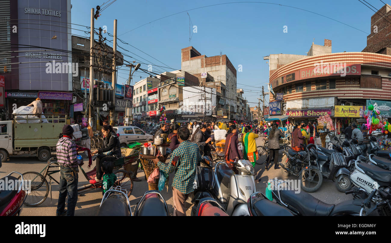 Caotica e vivace centro città di Amritsar Punjab, India Immagini Stock