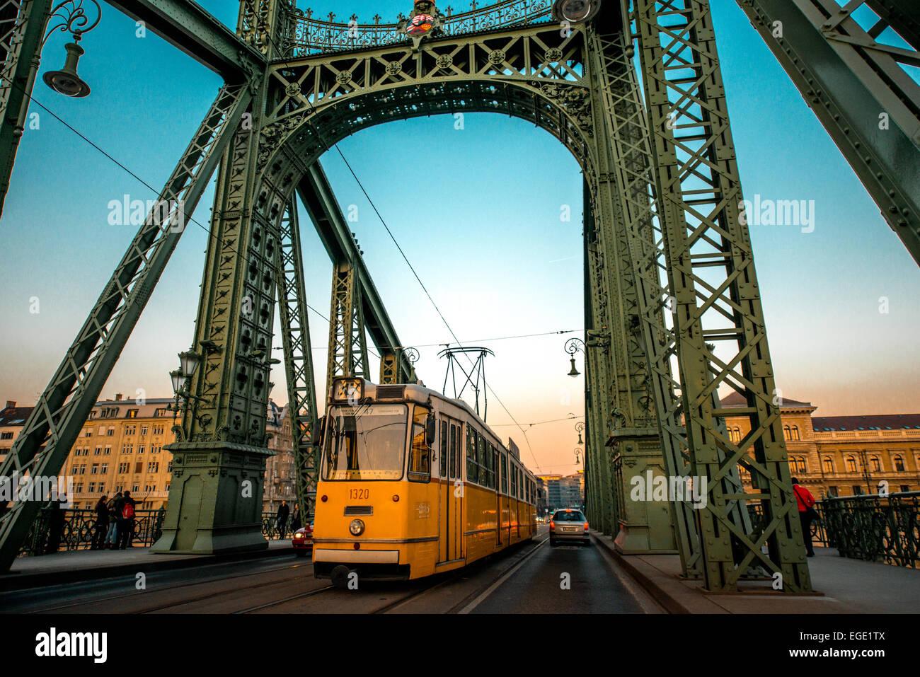 Il Ponte delle catene e il tram Immagini Stock