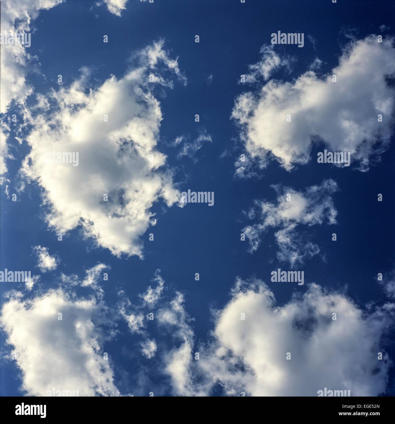 cielo blu con nuvole cielo blu Foto Stock