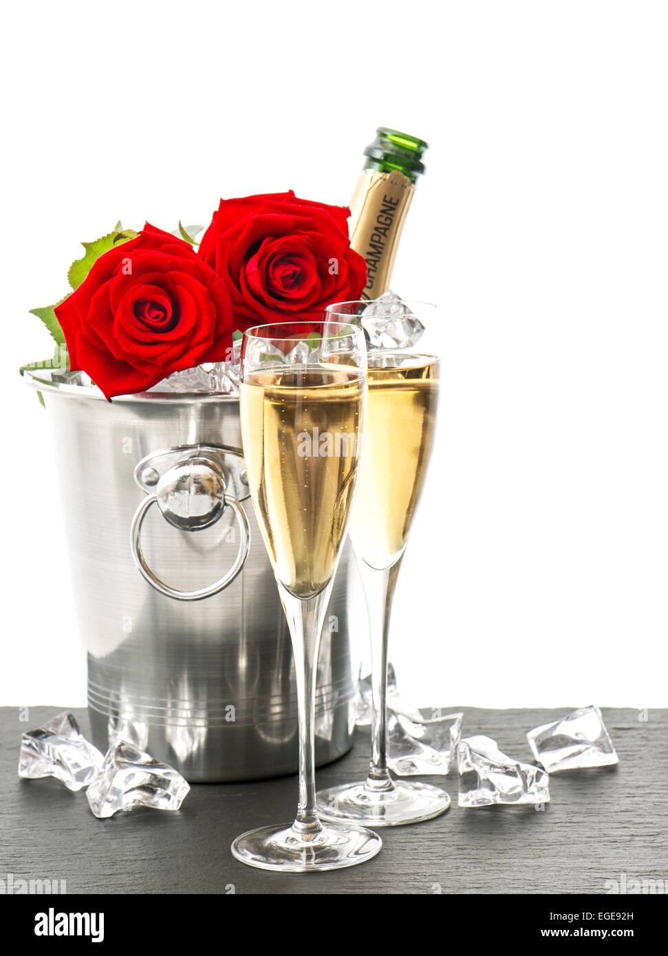 Mazzo Di Fiori E Spumante.Champagne Due Bicchieri E Rose Rosse Disposizione Di Festa Con