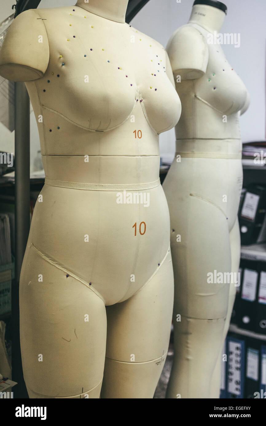 Più dimensioni manichini di raccordo in un indumento fashion factory Foto Stock