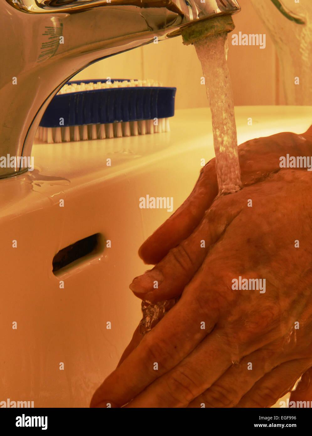 Gemodeltes Symbolfoto Medicina quotidiano. Haendewaschen, accurato lavaggio delle mani evitare alcune infezioni. Immagini Stock