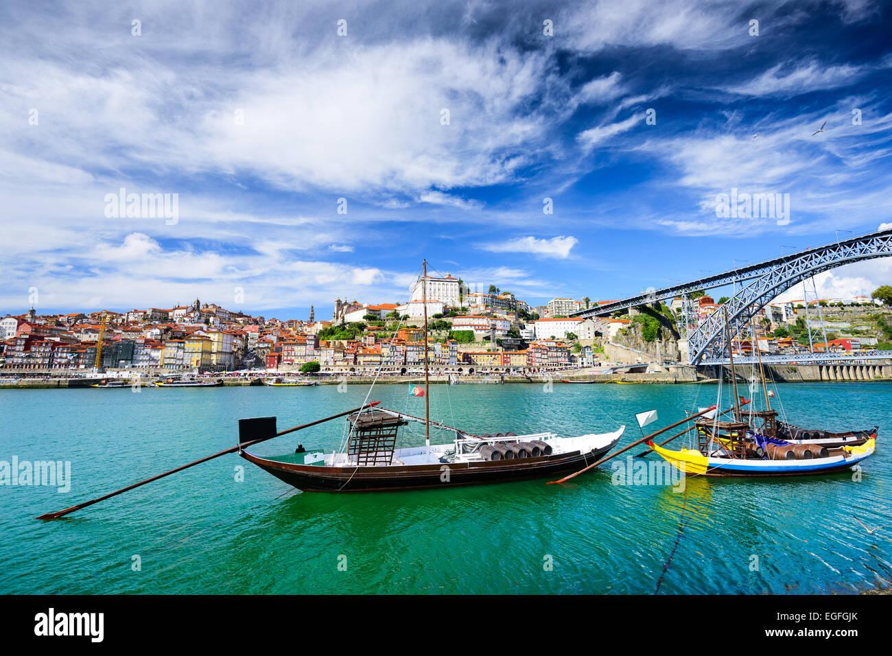 Porto, Portogallo città vecchia vista sul fiume Douro con rabelo barche. Immagini Stock