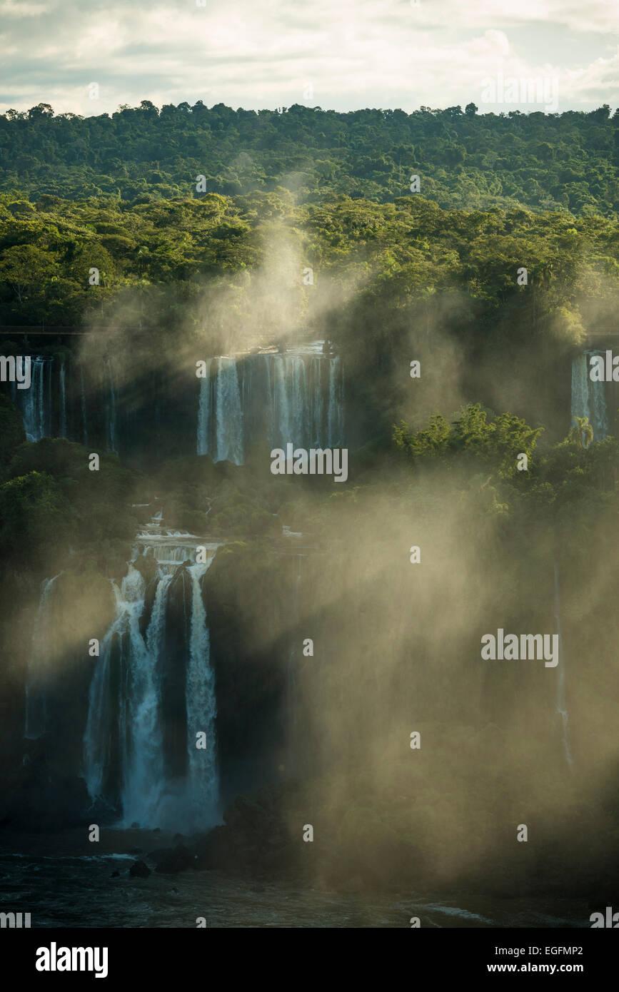 Vista dall 'Trilha das Cataratas', di Foz do Iguaçu, Parque Nacional do Iguaçu, Brasile, Sud America Immagini Stock