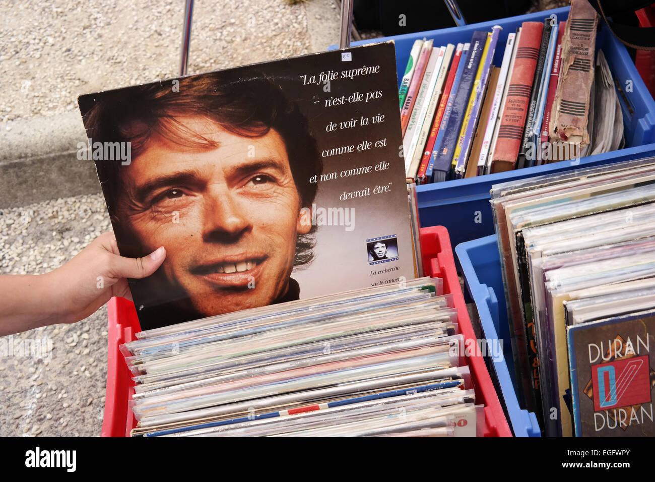 Francia - luglio 2014 registrazione LP della cantante belga-cantautore Jacques Brel su un mercato delle pulci in Immagini Stock